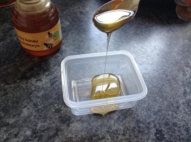 Añadir 2 cucharaditas de miel al recipiente. La miel de Manuka es mejor, o una miel de alta calidad. He utilizado el más barato que pude encontrar porque mis niños comen como cerdos y yo pasamos todo mi dinero en comestibles. *suspiro*