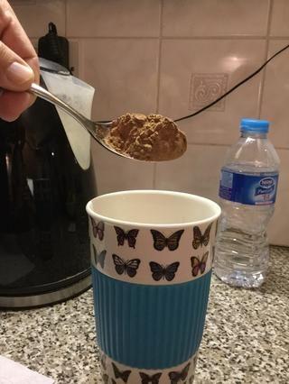 Ponga tanto polvo de chocolate caliente como quieras en tu cup.I hicieron una mesa cuchara grande