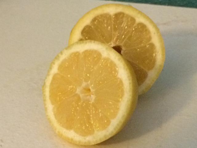 Corte el limón por la mitad y exprimir para añadir el jugo de limón. Opcional - para un sabor más tradicional sopa, omita este paso y ver el siguiente paso.