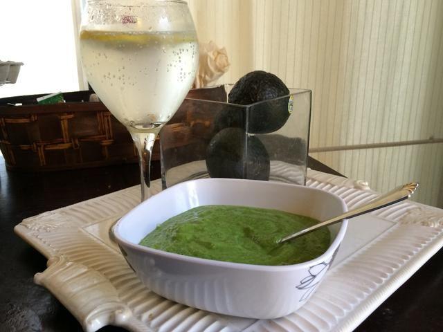 Sopa sana fresca en un día caluroso. Buena caliente para ti sopa en una noche fresca. Opcional - cortar la otra mitad de la de limón en rodajas y añadir a agua enfriada regular o espumoso para complementar.