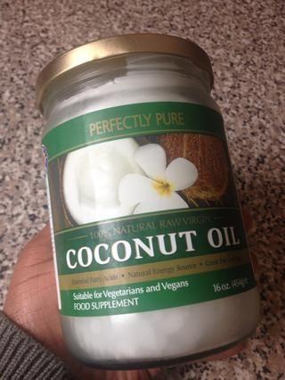 El aceite de coco es normalmente sólido a temperatura ambiente.