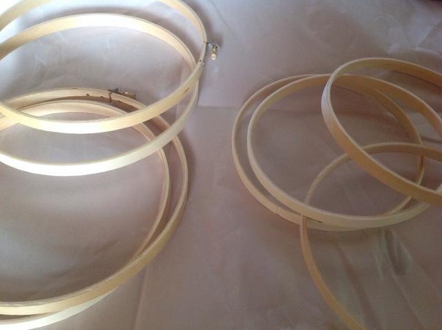 Tome los aros separados. Estoy haciendo dos orbes de diferentes tamaños, así que voy a tener un total de ocho anillos. (Cada orbe utiliza cuatro.)