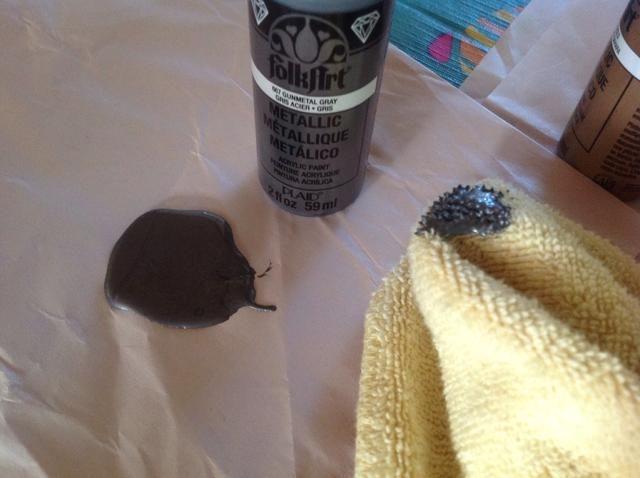 Squirt un poco de pintura y trapo chapuzón en la pintura ....