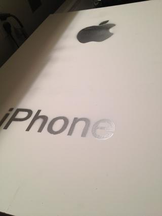La pintura de aerosol del iphone plata y signo de manzana