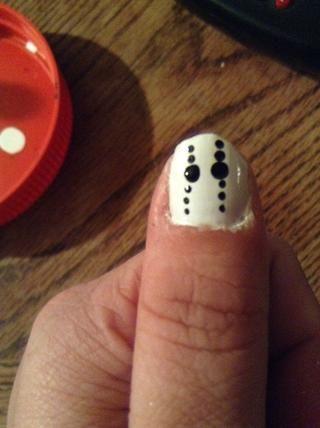 Aplicar tres pequeños puntos negros en cada una mirilla.