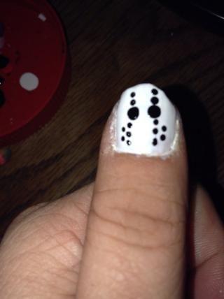 Aplicar dos pequeños puntos negros al lado de cada uno de los conjuntos de tres puntos, en el borde exterior.