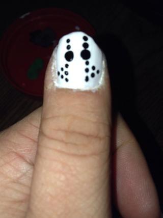 Aplique una pequeño punto negro en el exterior de cada conjunto inferior de dos puntos. Permita esmalte negro se seque por completo, a continuación, aplicar la capa final. Termina el resto de sus uñas para adaptarse a su tema.