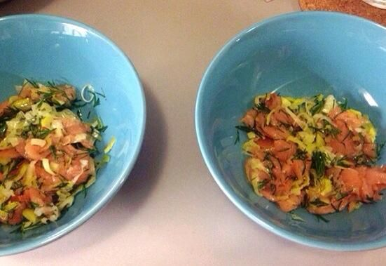 Añadir la mezcla de salmón a las placas preferiblemente calientes.