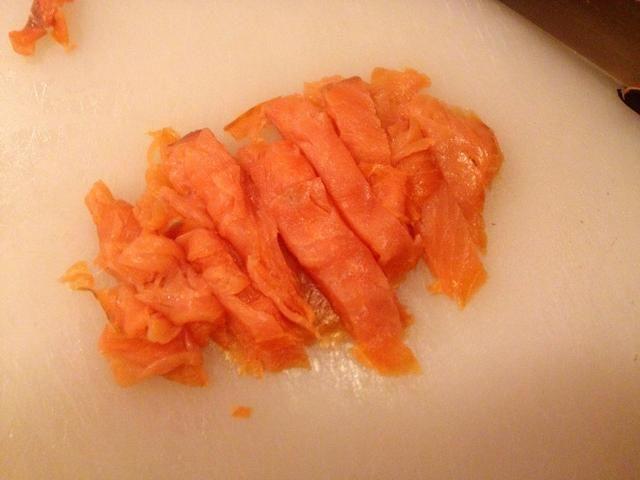 Mientras la sopa está hirviendo, preparar el salmón.
