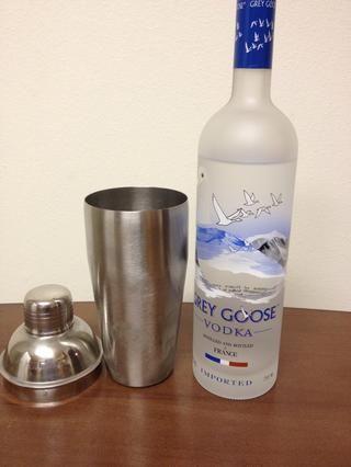 Vierta aproximadamente 1 1/2 onzas de su vodka favorito en el Shaker / Colador w / hielo. :)