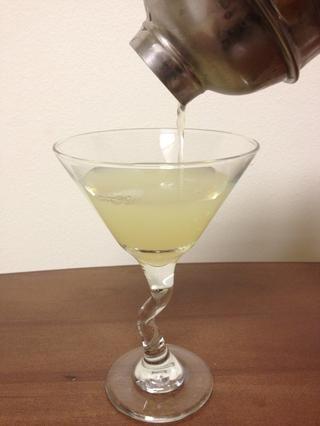 Verter el contenido refrigerados en el vaso de cóctel.