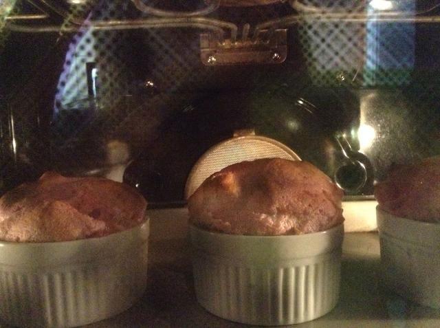 Sacarlos vez de color rosa amarronado. Por cierto, mis soufflés arriba sólo se ve muy oscuro debido a los tintes del horno se ... trata de no cocinarlos ese oscuro