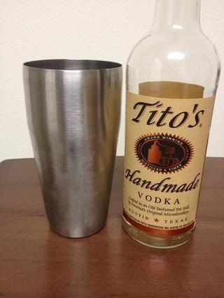 Vierta una onza medio de su vodka favorito en la coctelera.