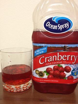 Añadir alrededor de 1-2 onzas de jugo de arándano en su vaso.