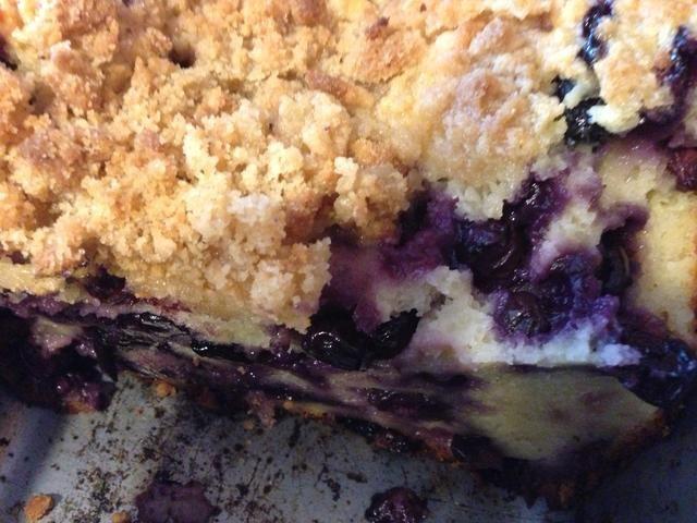 Deje enfriar en el molde! A continuación, corte, el resultado final es húmedo y duro debido a todo el yogur y arándanos. Pero tan tan delicioso!