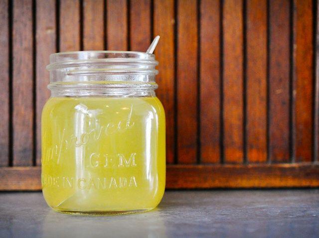 Cómo hacer un limón Miel Manzanilla enjuague para el cabello