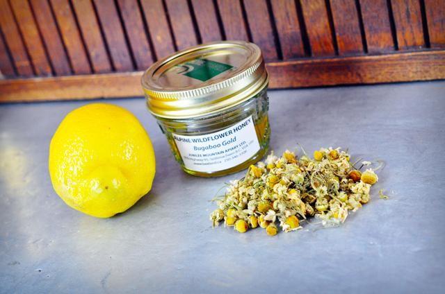 Reúna a su ingredientes de un limón, 2 cucharadas de té de manzanilla y miel.