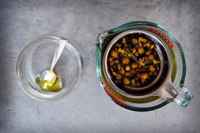 Una vez que el té de manzanilla ha terminado de remojar, quite el filtro y deseche las flores.