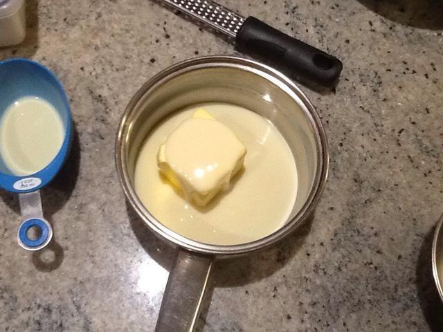Vierta la leche condensada y los 125 gramos de mantequilla
