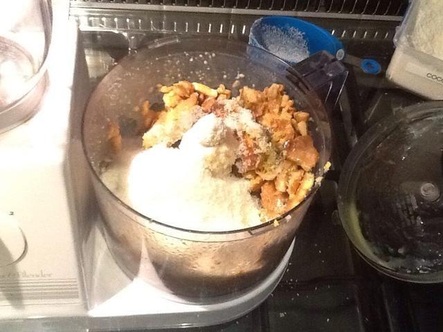 Una vez que la leche condensada y la mantequilla se han derretido lentamente, colocar la mezcla en la licuadora con la galletas, coco, limón y jugo de rutina. Espere hasta que la mezcla se ha mezclado lentamente.