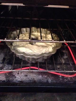 Verter en un molde Bundt engrasado y hornear durante 55-60 minutos a 325 grados Fahrenheit.