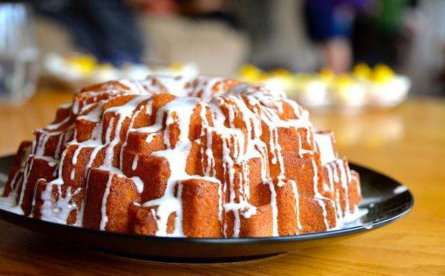 Combine todos los ingredientes del glaseado y mezclar bien. Apague su torta bundt con el esmalte limón !!!