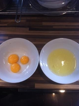 Siguiente la separan las yemas de huevo frm las claras de huevo.