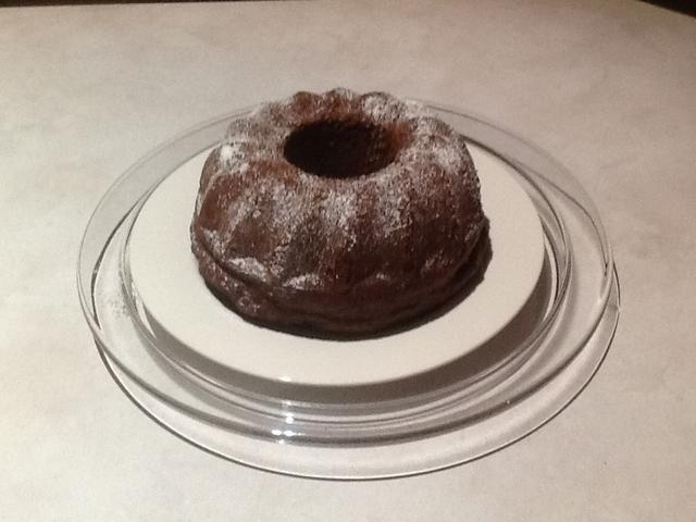 Coloque pastel en un plato. Espolvorear con cacao y servir. NOTA: Opcional para añadir blanco azúcar glas.