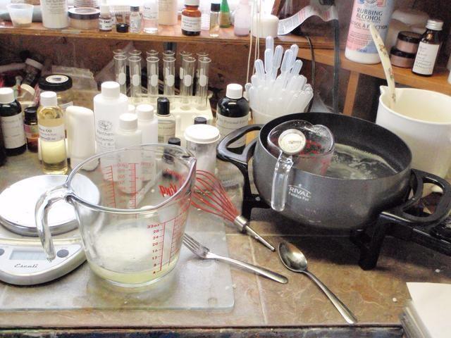 Medir 20 g de cera de abeja, 25 g de mantequilla y 54 g de aceite en una escala en una jarra resistente al calor. Calentar hasta que se derrita.