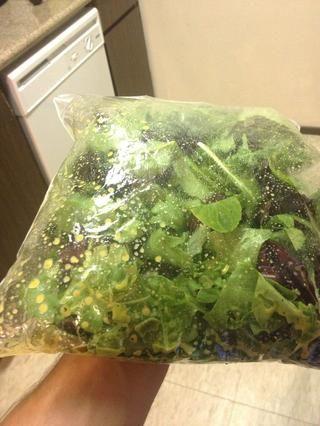 Añadir vestidor y ensalada de una bolsa y agitarlo. Ensalada que lanza en una bolsa hace que para una fácil limpieza y greens bien vestidas.