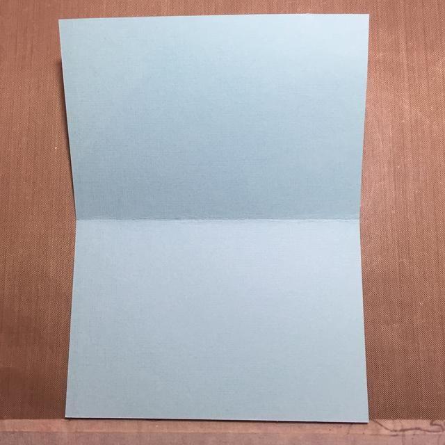 Cortar otra cartulina como la tarjeta real para ir detrás del acetato. Elegí azul claro. Tamaño de la tarjeta es 5,5