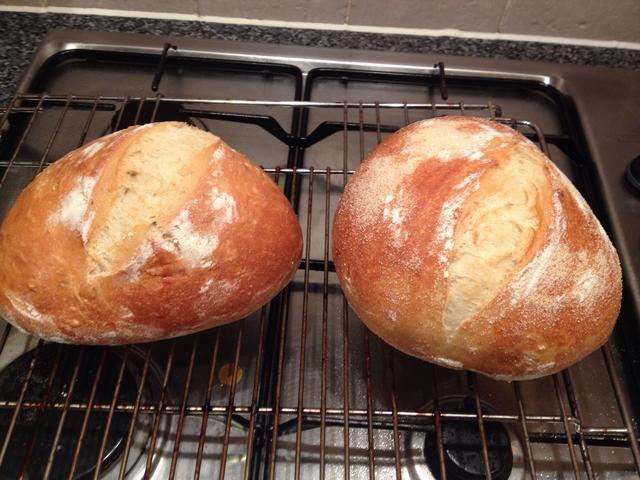 Una vez que estén doradas y los panes suenan huecas cuando se le golpea por debajo se hacen. Dejar enfriar sobre una rejilla.