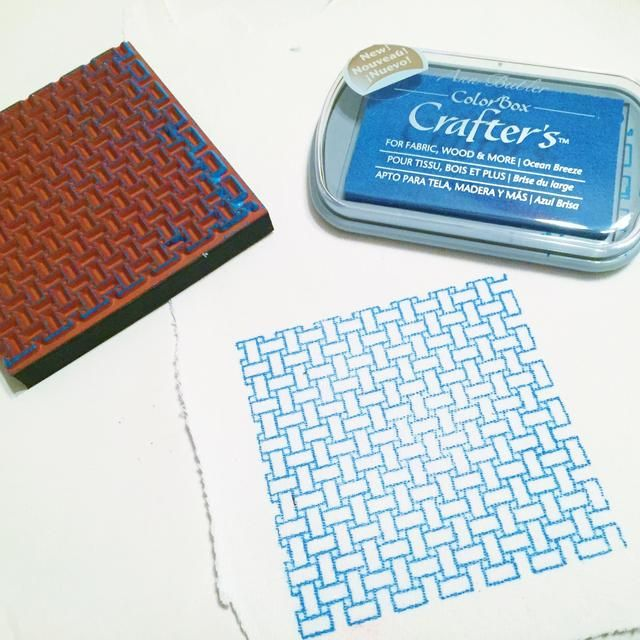 utilizar Ocean Breeze Tinta y cesta 1 sello para estampar diseño en denim blanco.