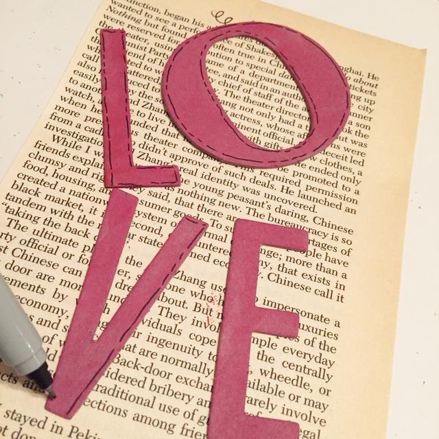esbozar letras con lápiz negro.
