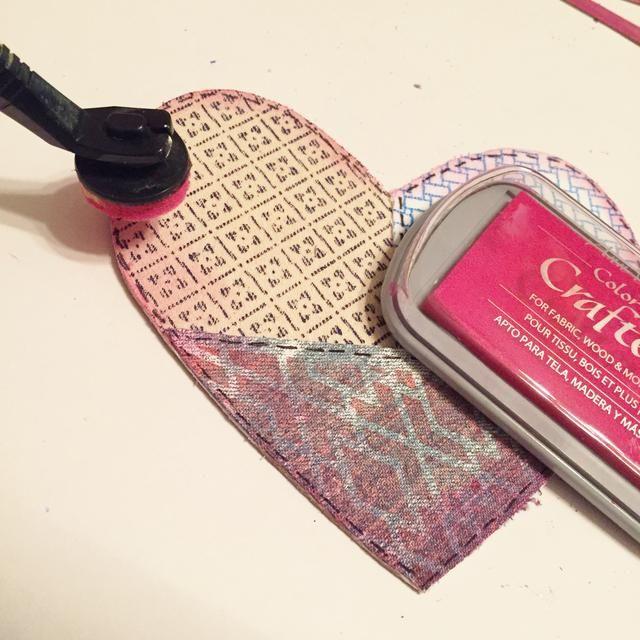 utilizar Stylus & Tip para bordes de socorro de corazones utilizando Berry tinta. establece calor.