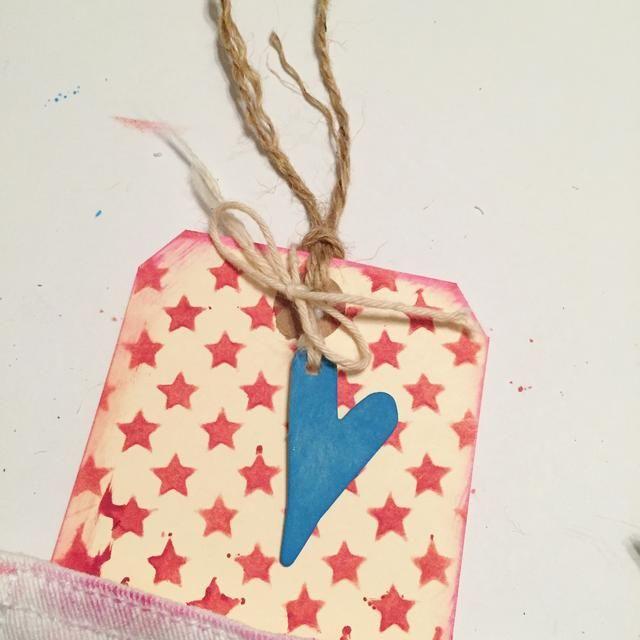 atar la etiqueta con el yute. perforar el agujero en el corazón y colgar de la etiqueta con una cuerda.