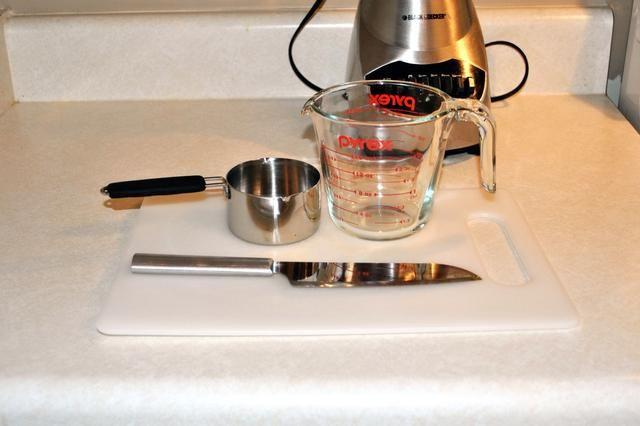 Usted necesitará una tabla de cortar y cuchillo, 1 taza (medida en seco), taza para medir líquidos y licuadora.