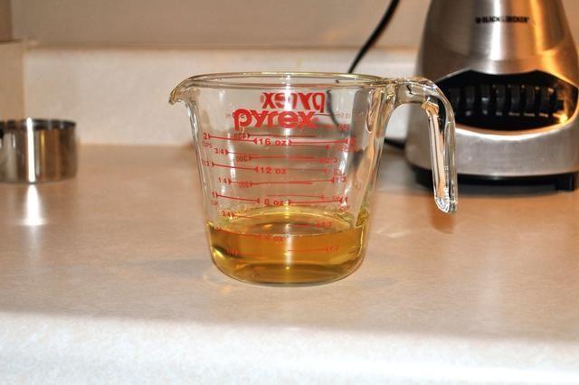 Mide 1/2 taza de 100% jugo de manzana natural. Usted puede agregar más jugo de manzana al final para cambiar el grosor del batido, si se desea.