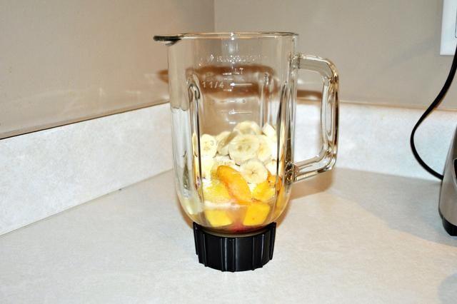 Añadir el jugo de manzana primero, seguido de la fruta congelada, entonces la proteína en polvo, y luego por el plátano.