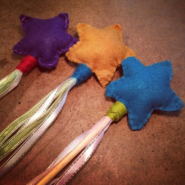 aquí's another option... Use scrap felt & yarn for your wand. You can go crazy with the colours! I added the star to a dowel then wrapped it with yarn.