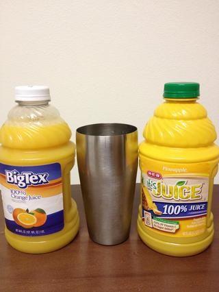 A continuación, se vierte en partes iguales de jugo de naranja y piña. Cerca de 2-3 onzas cada una.
