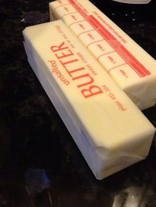 Derrita 6 cucharadas de mantequilla en una cacerola pequeña.