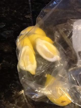 Exprimir el limón fresco a la mezcla de mantequilla derretida
