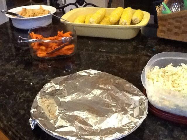 Servir langosta Rolls con algunos lados deliciosos. Ex) French fries, maíz, ensalada de col