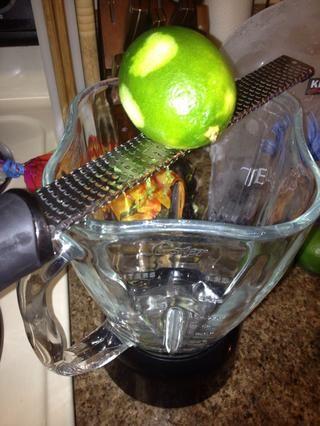 Limas Zest sobre un 1 cucharadita por la bebida en una licuadora. Usted puede hacer esta bebida en el hielo si Sub jugo de mango de trozos de mango.