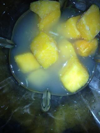Añadir 1/2 taza de trozos de mango congelado por un cóctel.