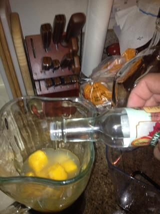 Rose agua puede saber a tu perfume abuelas si se agrega demasiado. Comience con algo pequeño he usado 1/4 cucharadita, y poner un guión en la parte superior después de que se vierte la bebida.