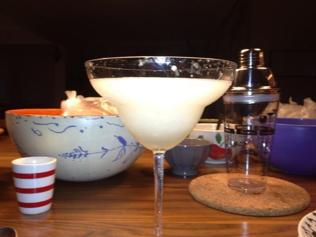 Y poner la bebida en el vaso