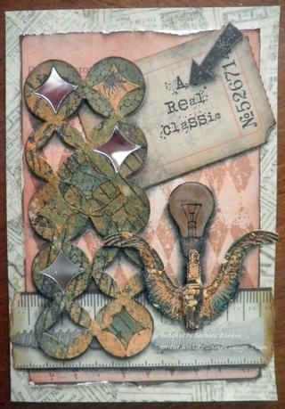 Utilice el lápiz de carbón y difumino para dar un efecto de sombra a todos los elementos. Ver foto tarjeta acabada arriba.