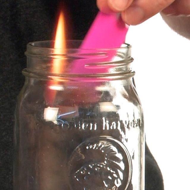 Coloque el papel iluminado dentro del frasco.